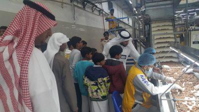 مدير مصنع التمور بالإحساء يشارك طلاب ذوي الإحتياجات فرحتهم في جوله صحيفة جواثا الإلكترونية