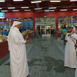 يشارك رجال الأمن بالمسجد الحرام طعام الإفطار