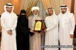 رجل الأعمال : علي بوخمسين يكرم الطالبة فاطمة بنت الشيخ موسى بوخمسين