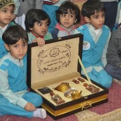 طلاب الإمام الشافي يزورون زميلهم المصاب برفقة قائد المدرسة