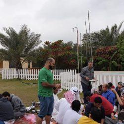 تجمع مياه الأمطار أمام مجمع تعليمي بالمباركية ورجل الامن يجرف المياه !