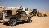 ضبط مخالفين لنظام البيئة يقومون بنقل الرمال وتجريف التربة بالرياض وجدة